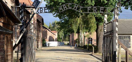 1024px-Arbeit_Mach_Frei_gate_Auschwitz_2012.jpg