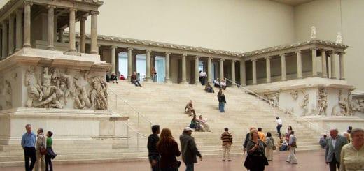 1024px-Berlin_-_Pergamonmuseum_-_Altar_02.jpg