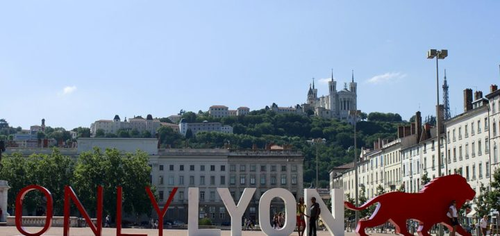 1024px-ONLY_LYON_Place_Bellecour.jpg