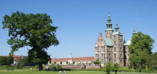1024px-Rosenborg_Castle_with_tree.jpg