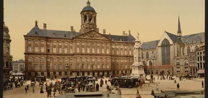 1024px-The_square2C_palace2C_and_church2C_Amsterdam2C_Holland-LCCN2001697996.jpg