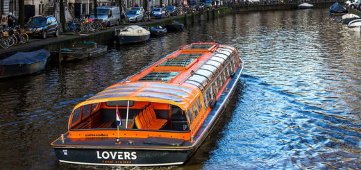 1024px-Tourboat_AndrC3A9_van_Duin_28ENI_02008033292C_Herengracht2C_Amsterdam-3586.jpg