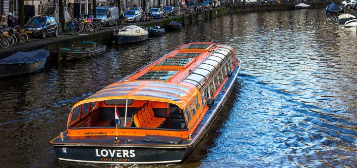 1024px-Tourboat_AndrC3A9_van_Duin_28ENI_02008033292C_Herengracht2C_Amsterdam-3586.jpg