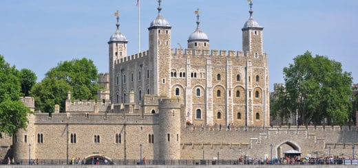 1024px-Tower_of_London_viewed_from_the_River_Thames.jpg