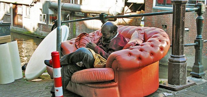 Amsterdam insolite : Un homme et un canapé sur un canal Podoboq@Flickr