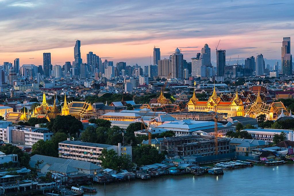 Vue sur le Palais Royal de Bangkok avec le centre moderne en arrière fond. Photo de Preecha.MJ