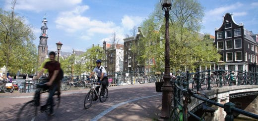 1024px-Amsterdam_-_Bicycles_-_1058.jpg