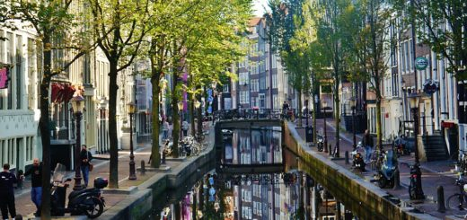 1024px-Amsterdam_De_Wallen_6.jpg