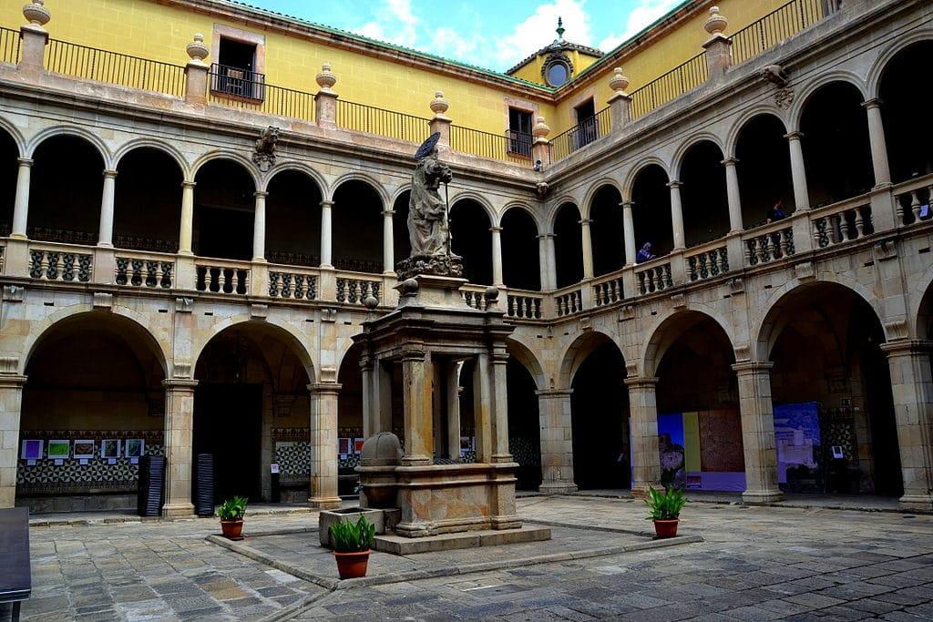 Ancien hopital Santa Creu depuis une bibliotheque dans le quartier du Raval à Barcelone - Photo de Josep Renalias