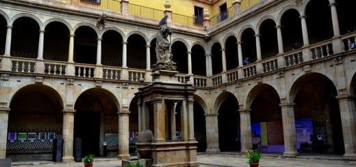 1024px-Antic_Hospital_de_la_Santa_Creu_28Barcelona29_-_16.jpg
