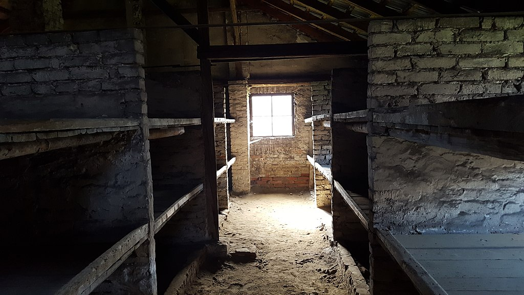 A l'intérieur d'une baraque du camp d'Auschwitz. Photo de Swgreed.