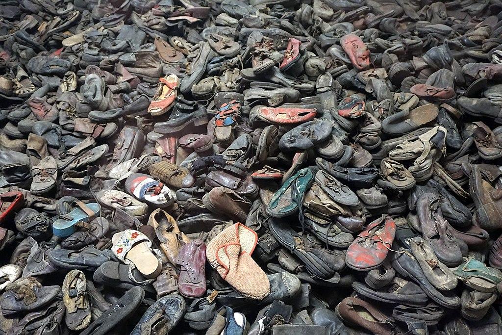 Montagne de chaussures dans le musée d'Auschwitz - Photo de Kallerna