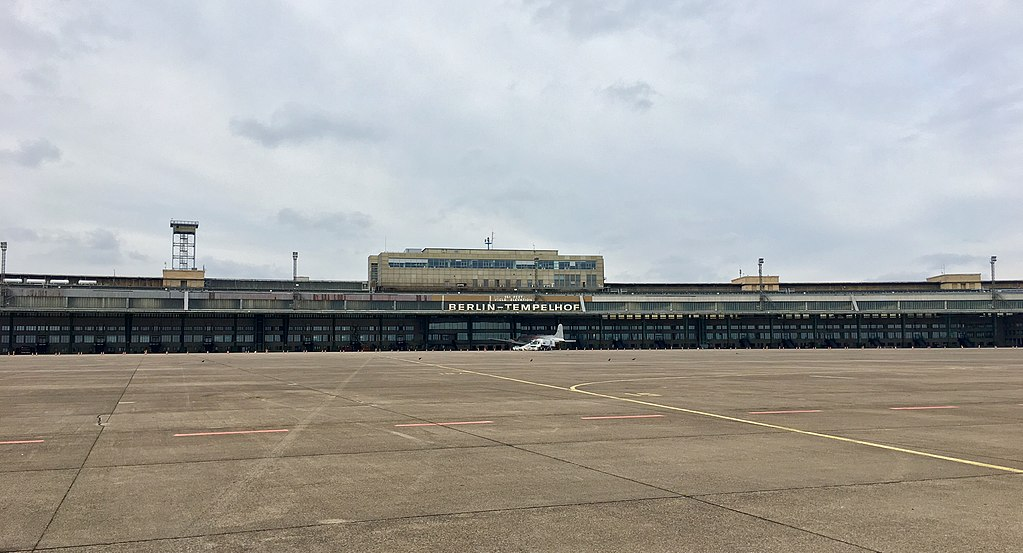Berlin : Aéroport desaffecté de Tempelhof - Photo d'Airbus 777