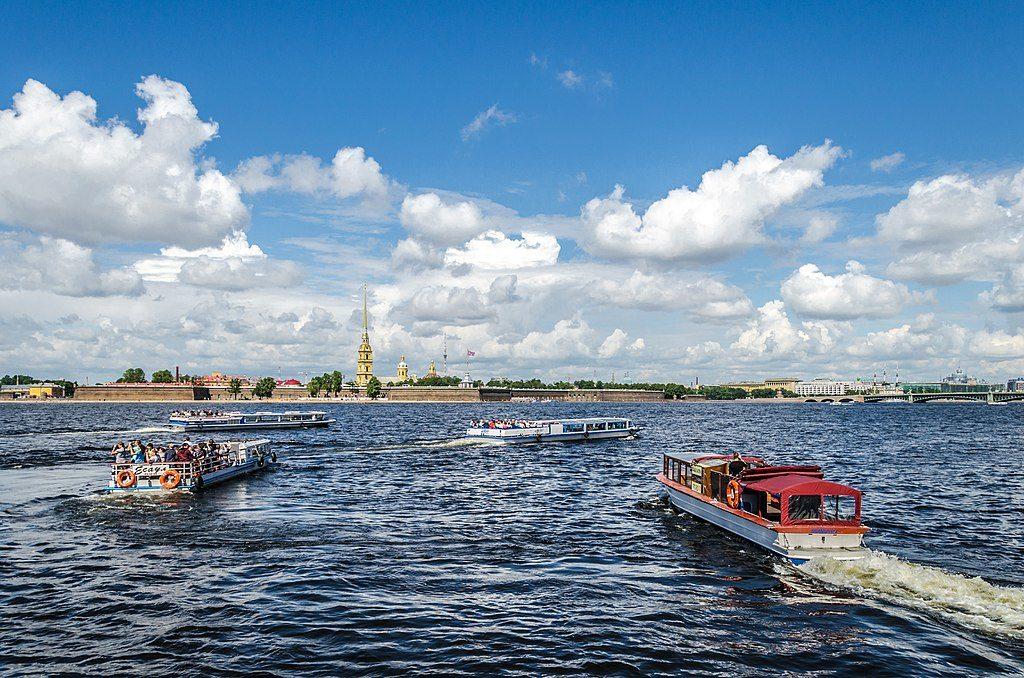 Croisières sur la Néva à Saint Petersbourg - Photo d'Alex Florstein Fedorov / Wiki Commons