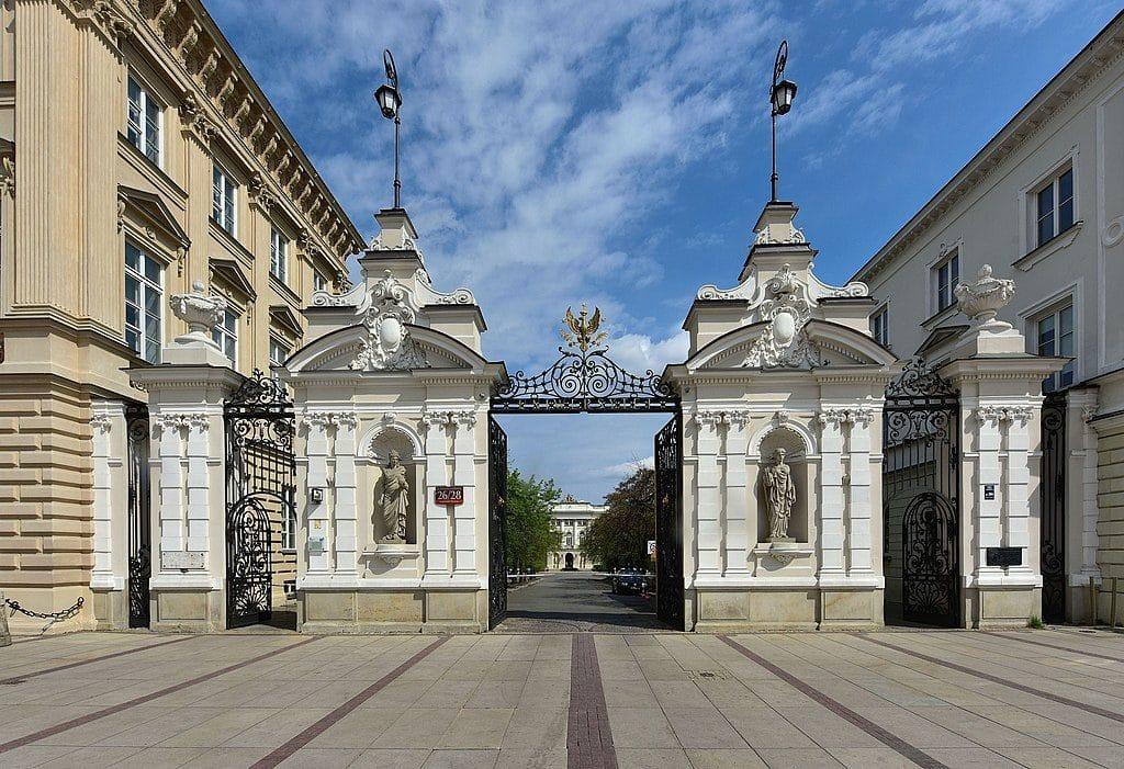 Porte principale de l'université de Varsovie dans le quartier Centre-Nord – Photo d'Adrian Grycuk
