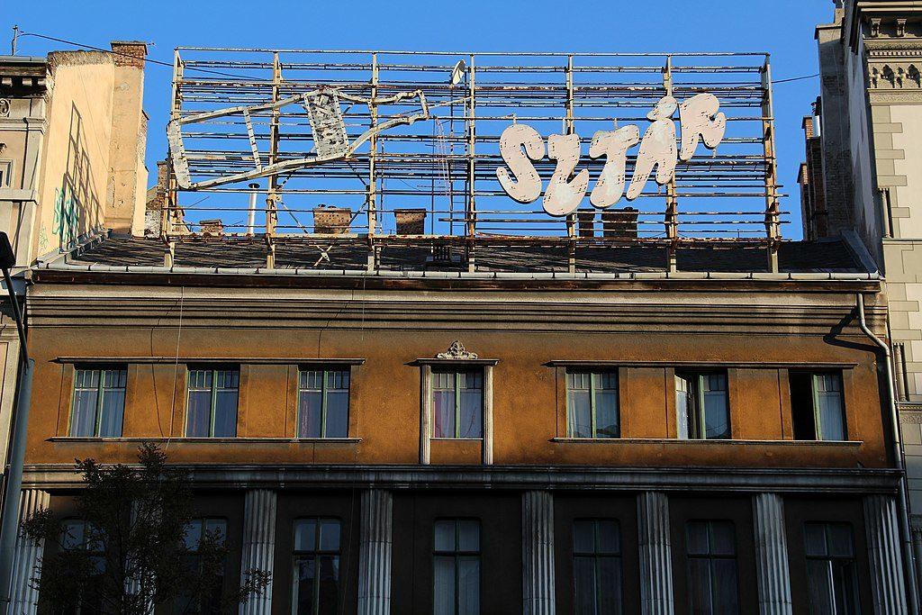 Vieille enseigne publicitaire pour la boisson Sztar à Budapest - Photo de Fred Romero
