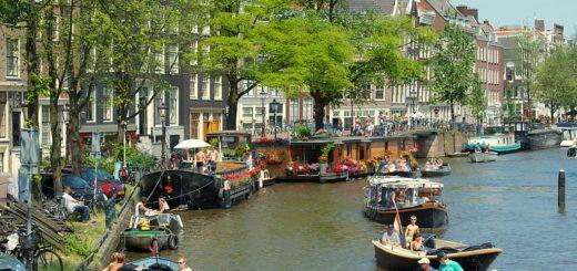 1024px-Canal_in_Jordaan2C_Amsterdam_28925895202029.jpg