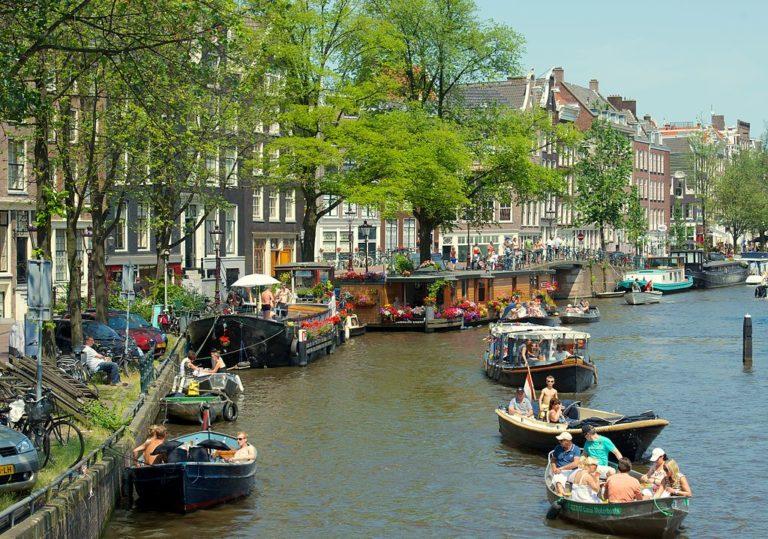 Canal dans le quartier de Jordaan à Amsterdam. Photo de Kevin Mcgill