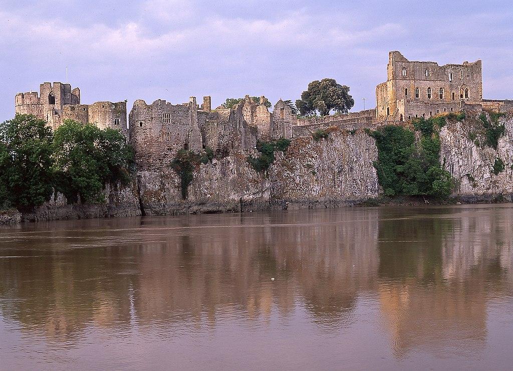 Lieux d'inspiration pour la création d'Harry Potter : Le château de Chepstow, le matin à marée haute, marque la frontière entre l'Angleterre et le Pays de Galles.