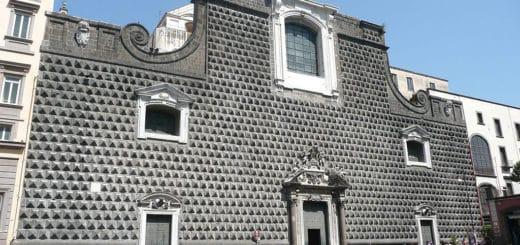 1024px-Chiesa_del_Gesù_Nuovo_Napoli.jpg