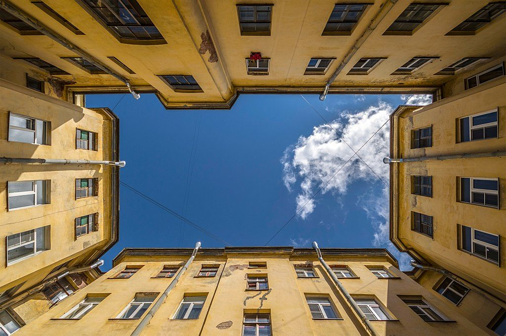 Quartier de Saint Petersbourg : Dans une cour d'immeuble. Photo de Alex Florstein Fedorov