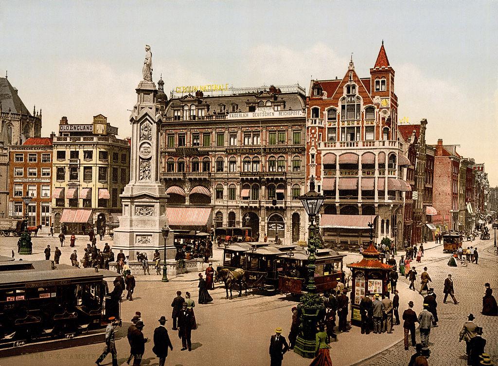 Place de Dam à Amsterdam en 1900. Bon ok cela a un peu changé depuis.