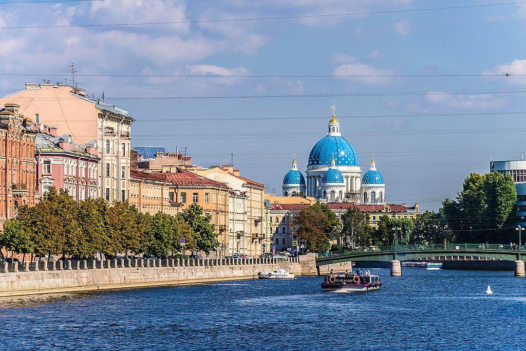 > Cathédrale de la Trinité (Saint-Pétersbourg) et rivière de Fontanka - Photo d'Alex Fedorov / Wikicommons