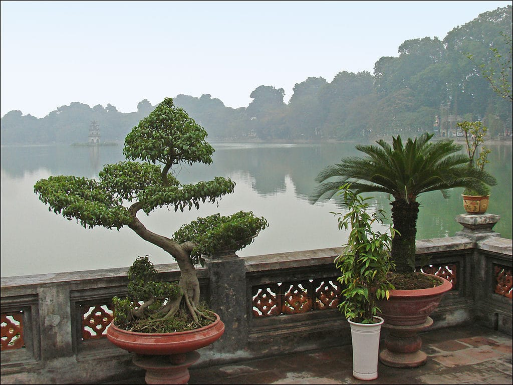 Le lac Hoan Kiem à Hanoi dans la brume - Photo de Jean-Pierre Dalbéra