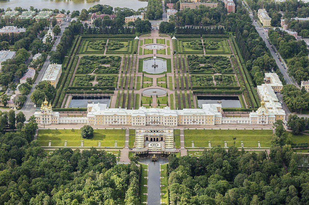 Vue aérienne du palais de Peterhof près de Saint Petersbourg - Photo dAndrew Shiva Wikipedia CC BY-SA 4.0