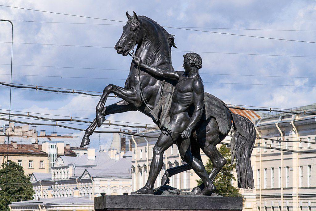 Sculptures sur le pont Anitchkov sur la Perspective Nevsky à Saint Petersbourg - Photo d'Alex Florstein Fedorov / Wiki Commons