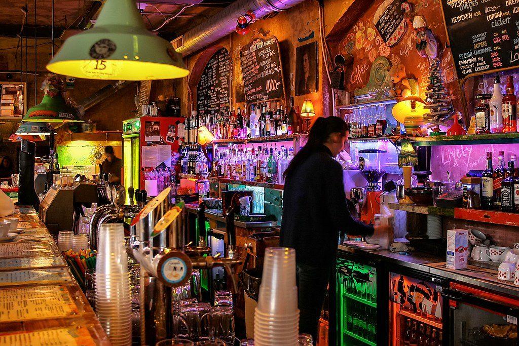 Dans le premier bar en ruine de Budapest, le Szimpla Kert aussi le plus connu et l'un des plus spectaculaire... et touristique.