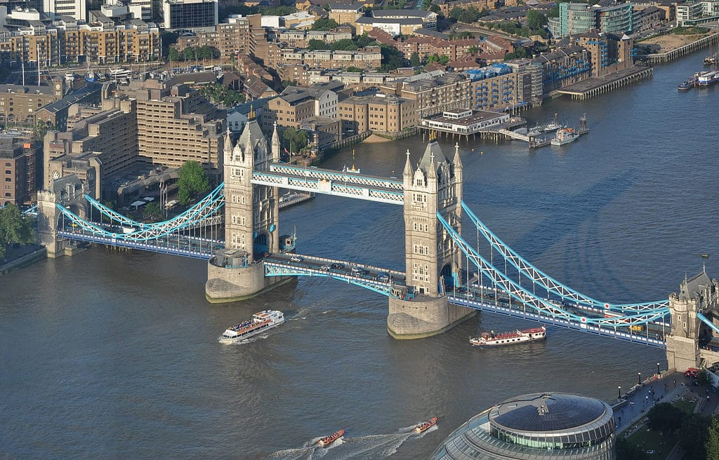 Vue sur le Tower Bridge à Londres depuis le gratte-ciel The Shard - Photo de Bob Collowân