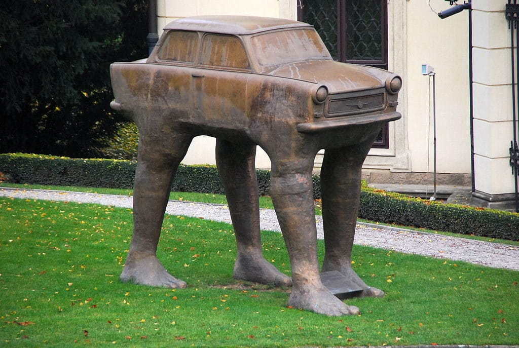 Trabant sur pattes : Sculpture surréaliste de Cerny à Prague - Photo de Wegmann.