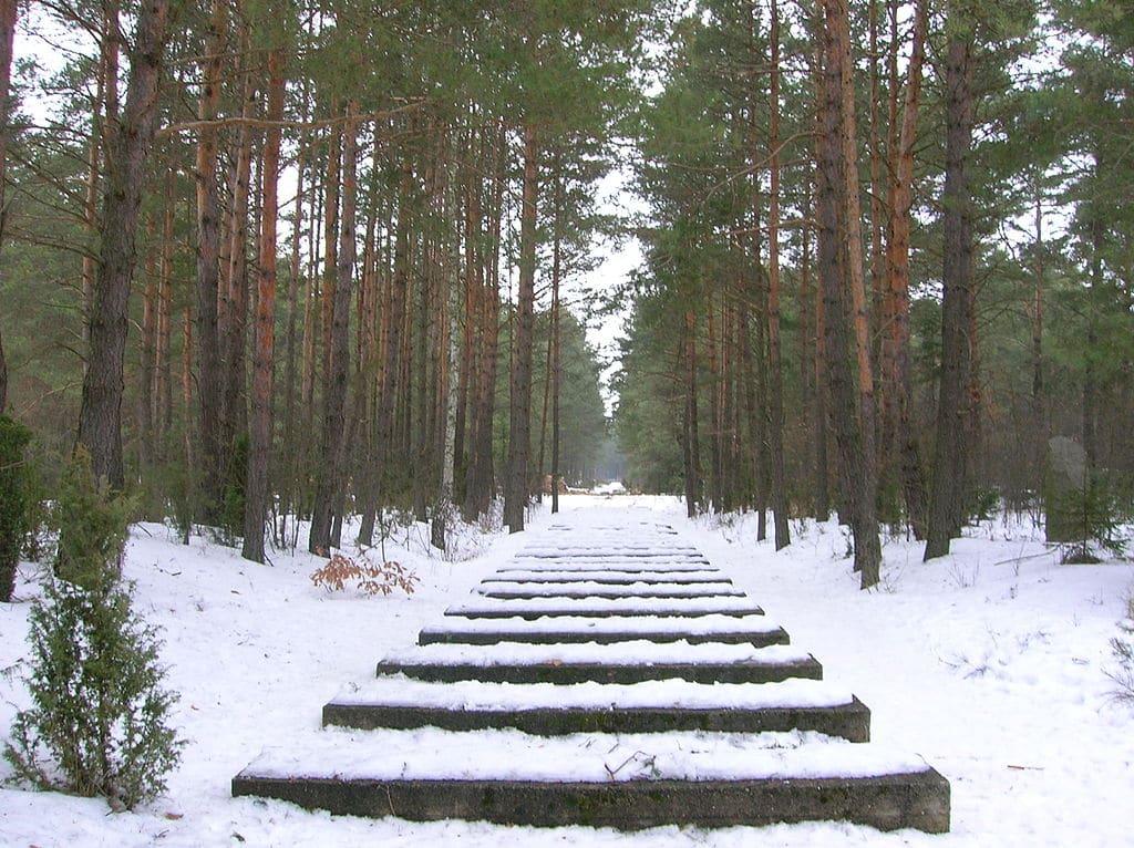 Voie ferrée en béton pour rappeler les anciennes voies menant à Treblinka - Photo de Little Savage