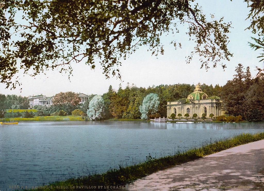 Jardin de Palais Catherine à Tsarskoe Selo avec le Grotto pavillion et la Cameron gallery vers 1890/1900.