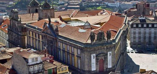 1024px-Vista_sobre_o_EdifC3ADcio_da_Cadeia_da_Relação.jpg
