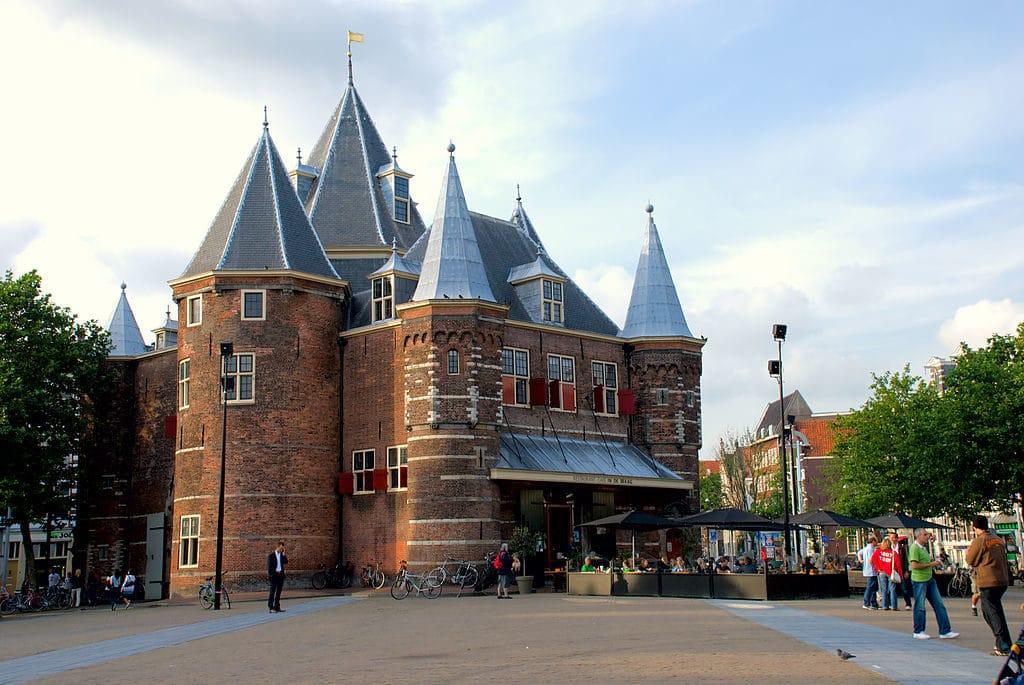 Den Waag dans la Vieille Ville d'Amsterdam à la limite de Chinatown et du quartier rouge.