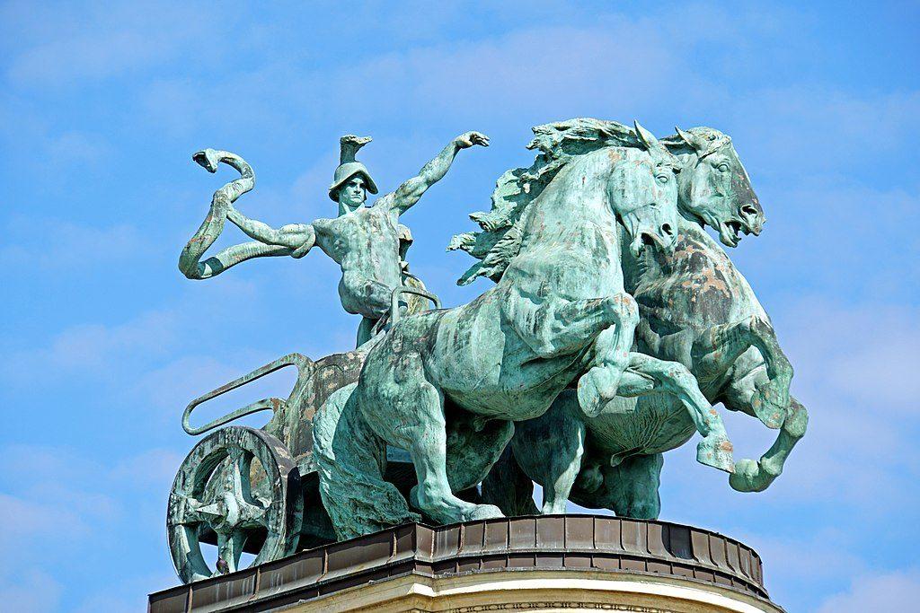 Statue représentant la guerre sur la Place des Héros à Budapest : On notera le serpent sortant du bras prêt à être lancer. Photo de Dennis Jarvis