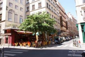 Broc'Bar, terrasse sous un grand arbre à Lyon [Terreaux]