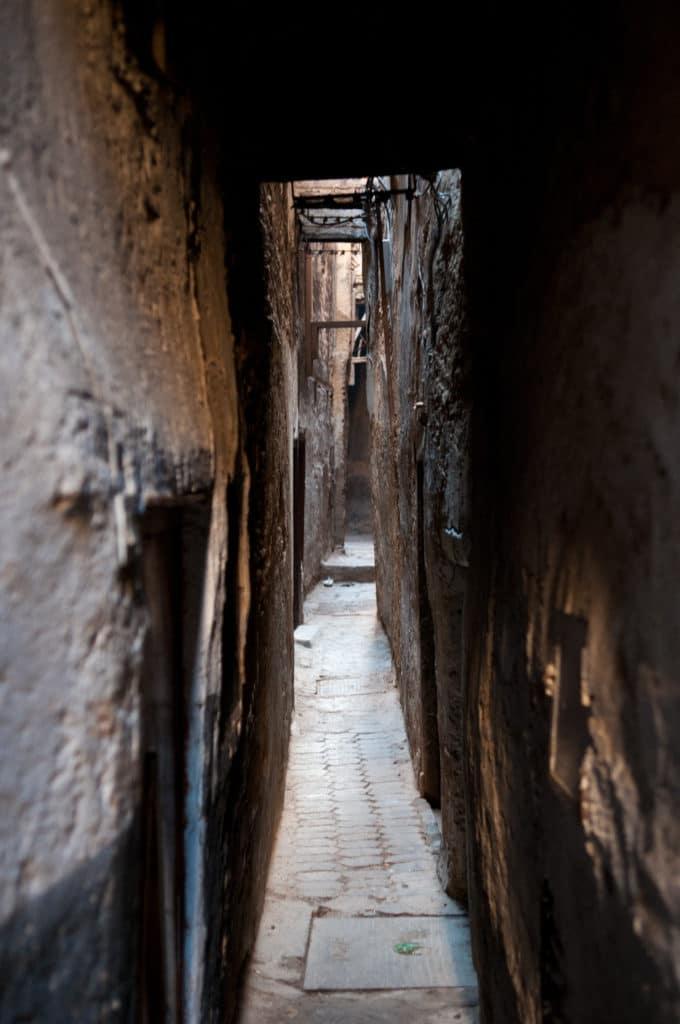 Ruelles de la médina de Fès comparable à ce qui devait se trouver à Lisbonne pendant l'époque musulmane.
