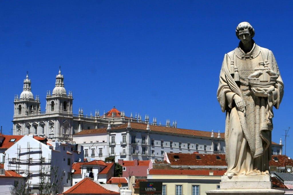 Statue de Saint Vincent le patron de Lisbonne.