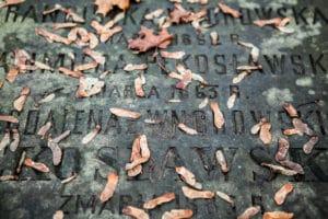Romantiques cimetières Powazki à Varsovie : Catholique, juif, militaire…