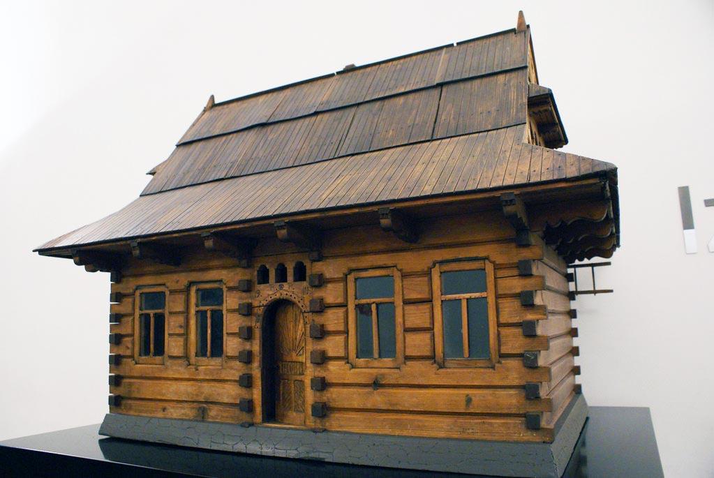 Maquette : Reconstitution d'une maison en bois de la région montagneuse de Podhale. Musée ethnographique de Cracovie.
