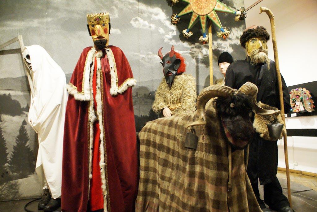 """Tradition des """"visiteurs"""" de noel au musée ethnographique de Cracovie."""
