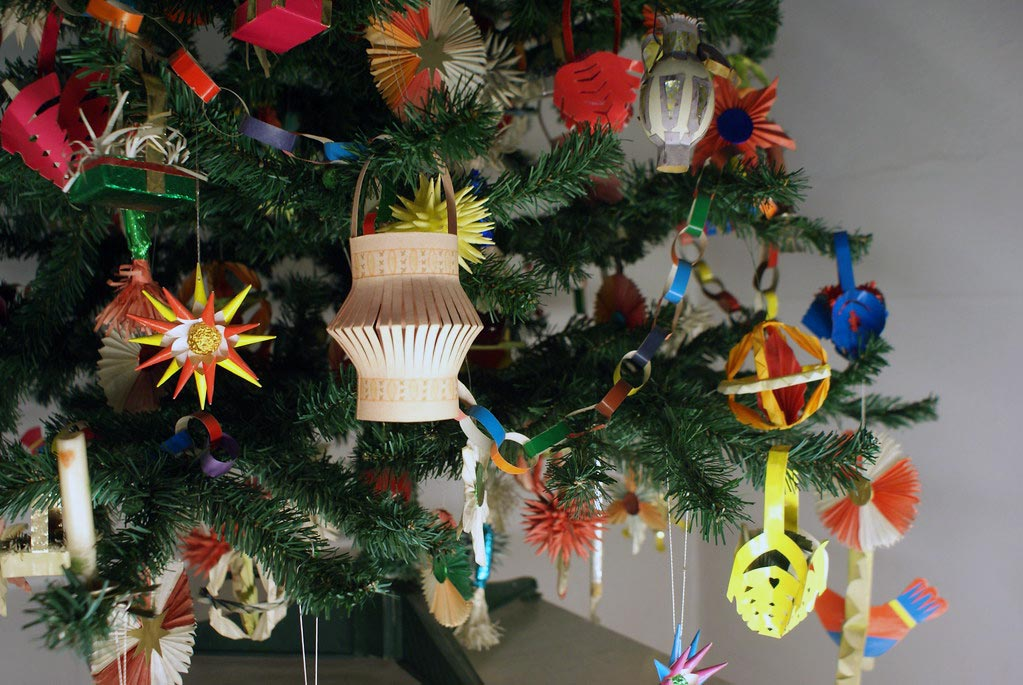 Décorations de noel artisanale en papier, en paille et en bois au musée ethnographique de Cracovie.
