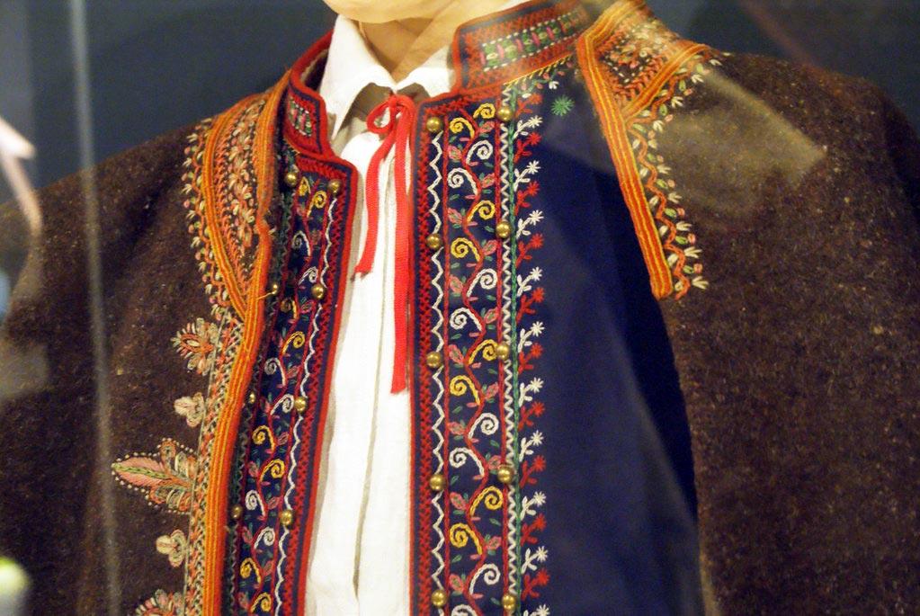 Costume pour homme avec des motifs floraux. Musée ethnographique de Cracovie.