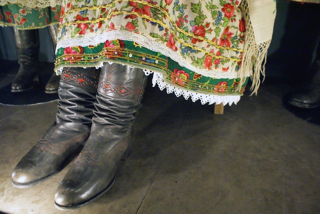 Bottes en cuir et robe avec dentelles. Musée ethnographique de Cracovie.