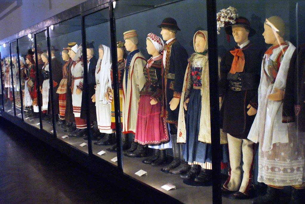Une partie des collections de costumes du musée ethnographique de Cracovie.