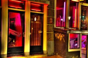 Quartier rouge à Amsterdam : Vitrines, relations tarifées et coffeeshop