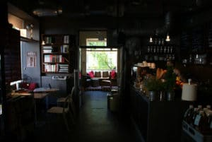 Café librairie Wrzenie Swiata à Varsovie : Docu et reportage [Srodm. Nord]